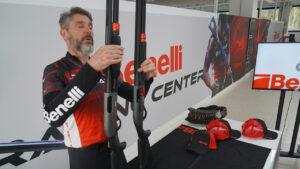 Paolo Zambai mostra il fucile