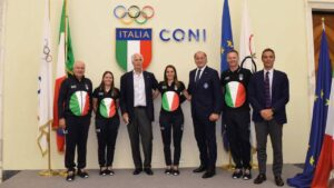 Luciano Rossi con Malagò, Mornati e la squadra olimpica del trap